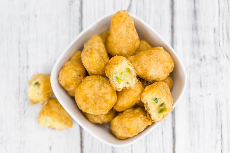 Gedeelte van Chili Cheese Nuggets stock foto