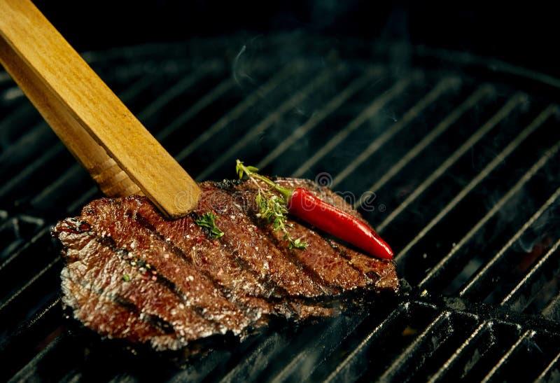 Gedeelte van heet kruidig rundvleeslapje vlees die op BBQ roosteren stock afbeeldingen