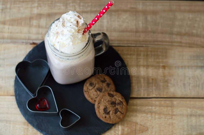 Gedeelte van hete chocolade met slagroombovenste laagje en rode stra stock afbeelding