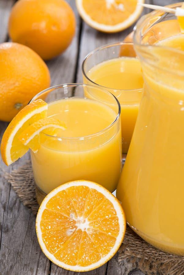 Gedeelte van vers gemaakt Jus d'orange stock afbeeldingen