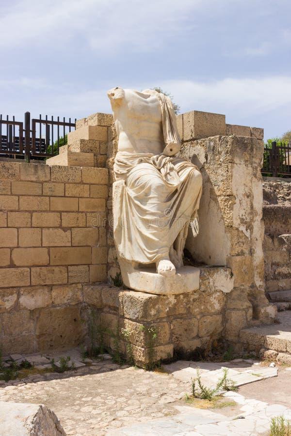 Gedeeltelijk bewaard standbeeld van wit marmer in de geruïneerde stad van royalty-vrije stock afbeelding