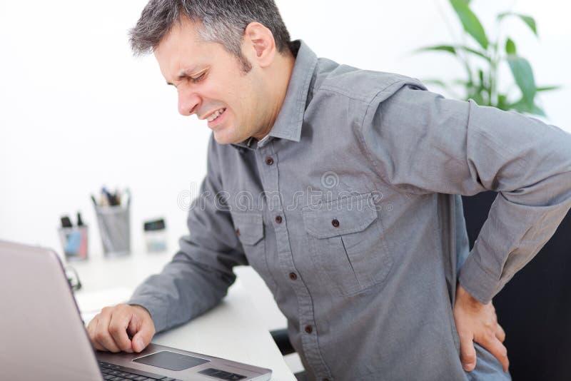 Gedeeltelijk desaturated beeld van gespannen mannelijke rug stock afbeeldingen
