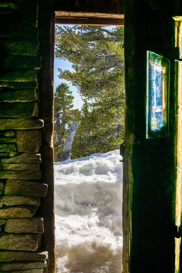 Gedeeltelijk open de deur van de bergcabine, zet San Jacinto State Park, Californië op stock foto