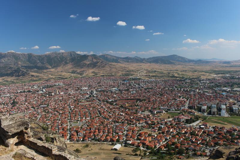 Gedeeltelijk panorama van stad Prilep in Macedonië stock afbeelding