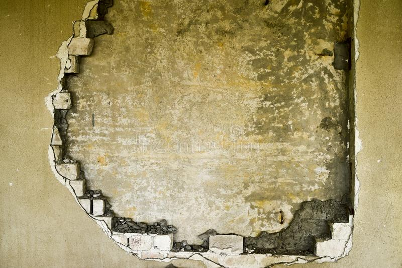 Gedeeltelijk vernietigde muur binnen een industrieel gebouw onder vernieling stock afbeeldingen