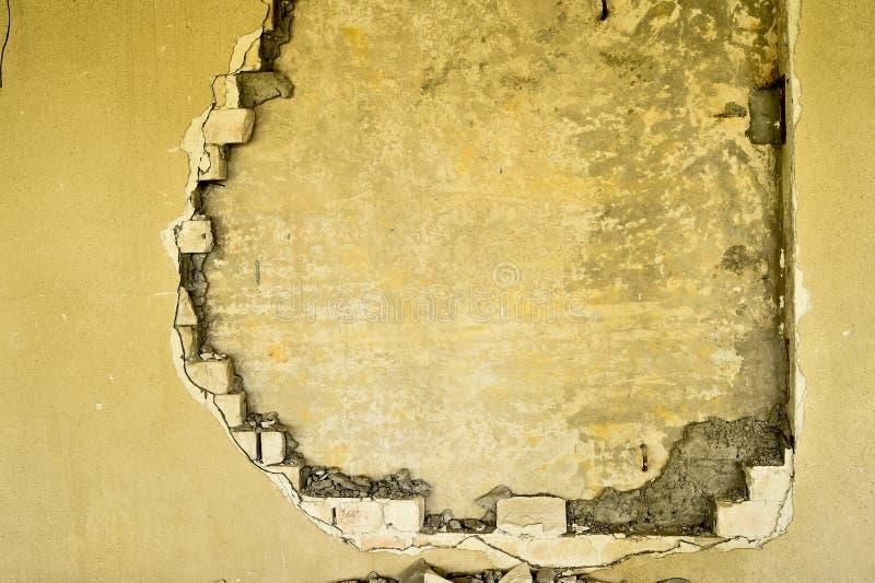 Gedeeltelijk vernietigde muur binnen een industrieel gebouw onder vernieling royalty-vrije stock foto's