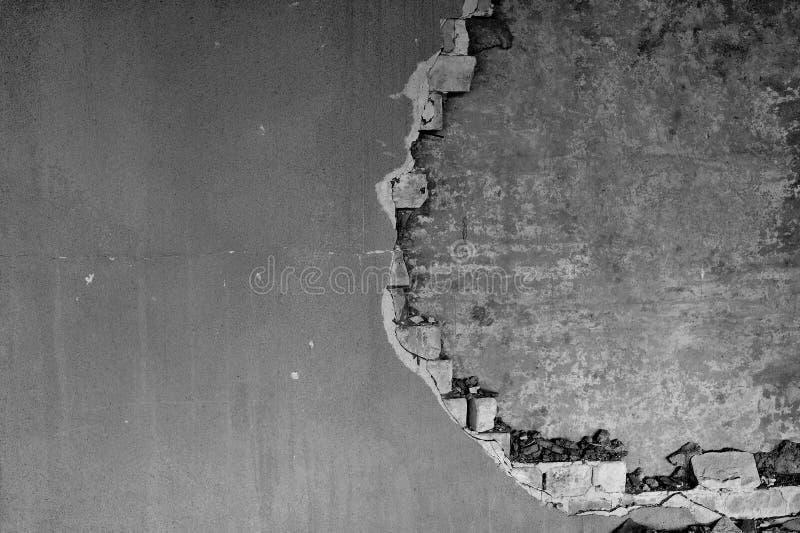 Gedeeltelijk vernietigde muur binnen een industrieel gebouw onder vernieling royalty-vrije stock foto