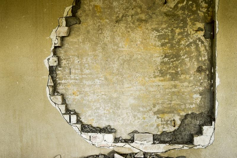 Gedeeltelijk vernietigde muur binnen een industrieel gebouw onder vernieling stock foto