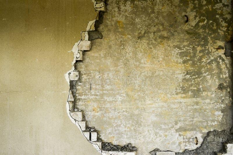 Gedeeltelijk vernietigde muur binnen een industrieel gebouw onder vernieling stock afbeelding