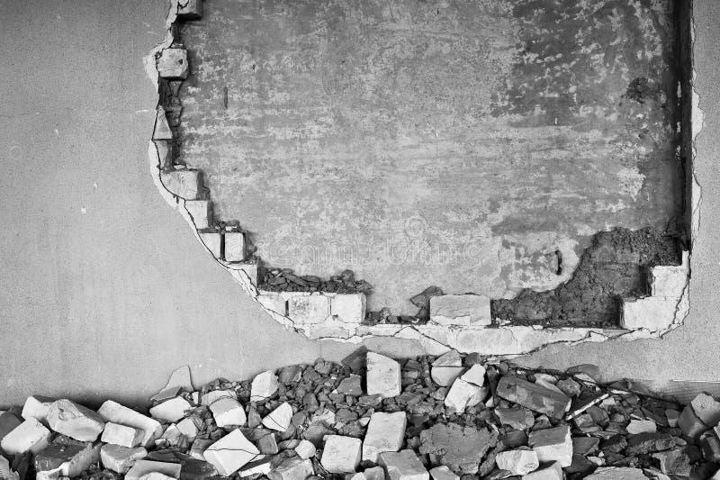 Gedeeltelijk vernietigde muur binnen een industrieel gebouw onder vernieling royalty-vrije stock afbeeldingen