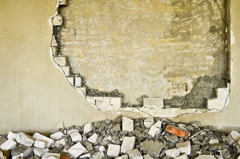 Gedeeltelijk vernietigde muur binnen een industrieel gebouw onder vernieling stock foto's