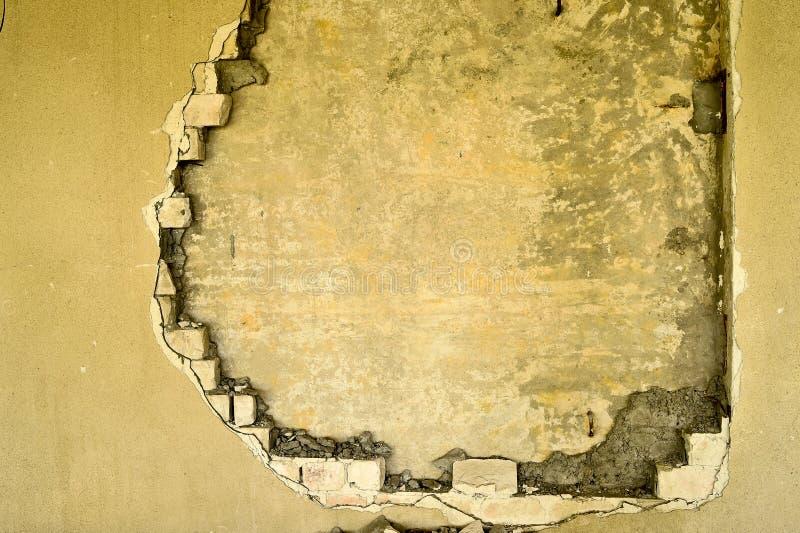 Gedeeltelijk vernietigde muur binnen een industrieel gebouw onder vernieling royalty-vrije stock fotografie