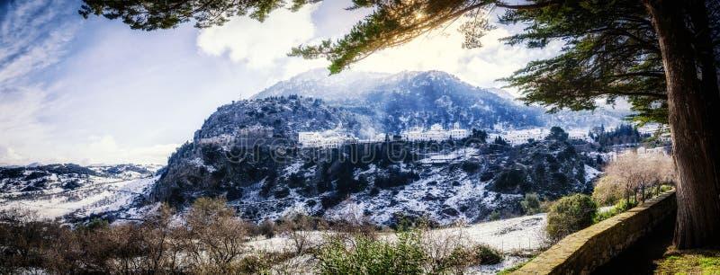 Gedeeltelijke die mening van Grazalema door sneeuw wordt behandeld stock afbeelding