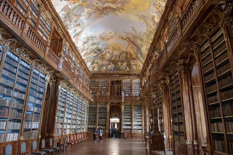 Gedeeltelijke mening van boekenrekken en plafondfresko, Filosofische Zaal, Strahov-Kloosterbibliotheek, Praque stock foto's