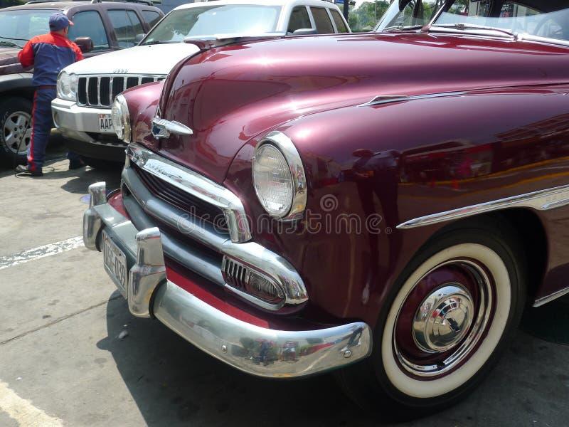 Gedeeltelijke mening van een donkerrode Luxecoupé van Chevrolet stock afbeelding