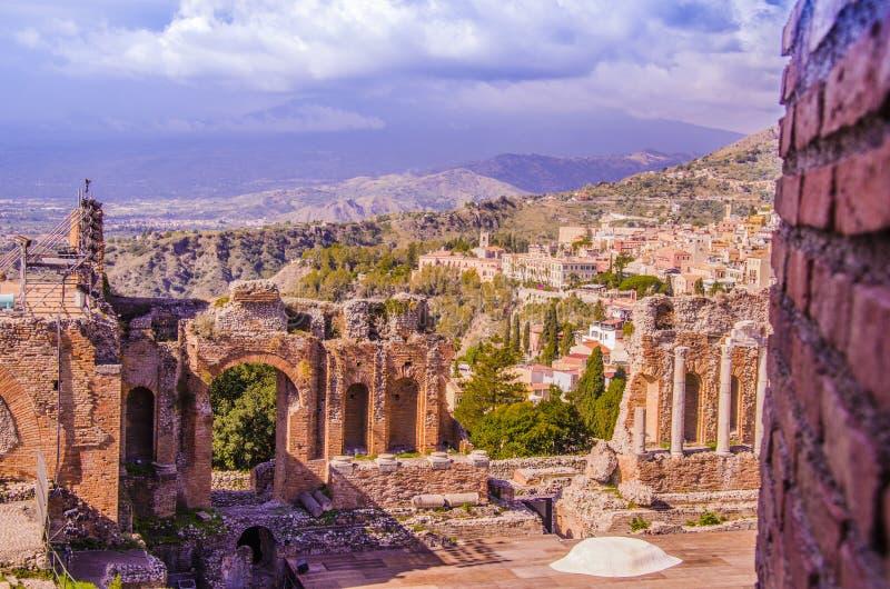 Gedeeltelijke mening van het Griekse Theater van Taormina en panorama stock foto's