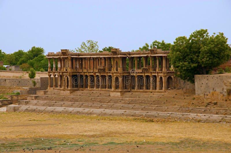 Gedeeltelijke mening van Sarkhej complexe Roza, moskee en graf Makarba, Ahmedabad, Gujarat stock foto's