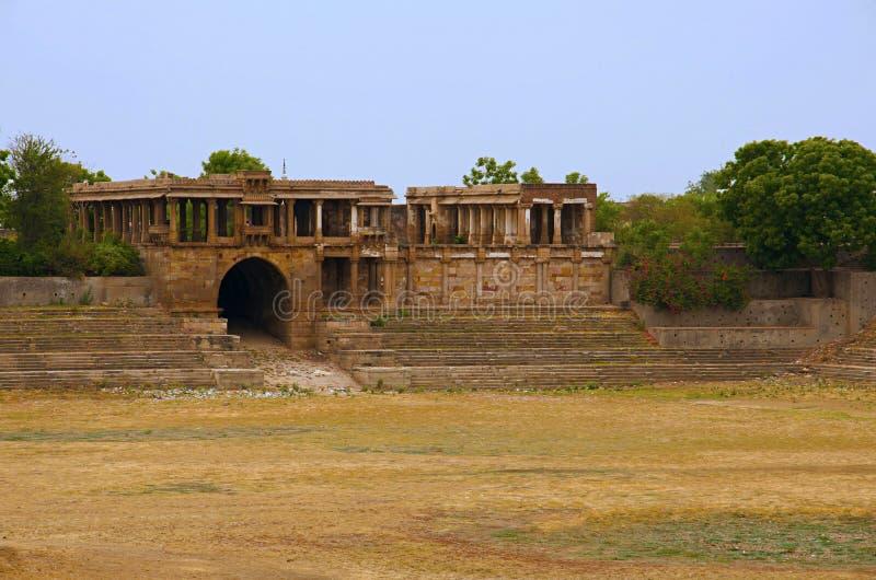 Gedeeltelijke mening van Sarkhej complexe Roza, moskee en graf Makarba, Ahmedabad, Gujarat stock foto