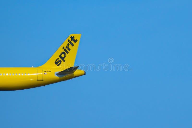Gedeeltelijke mening van Spirit Airlines-vliegtuig bij Orlando International Airport-gebied stock foto's