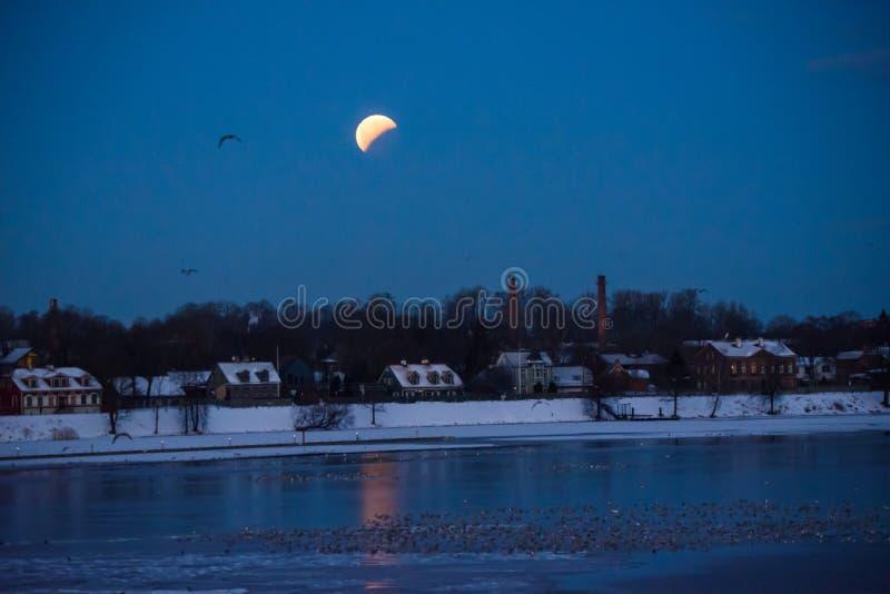 Gedeeltelijke verduistering van maan na volledige verduistering van maan stock afbeeldingen