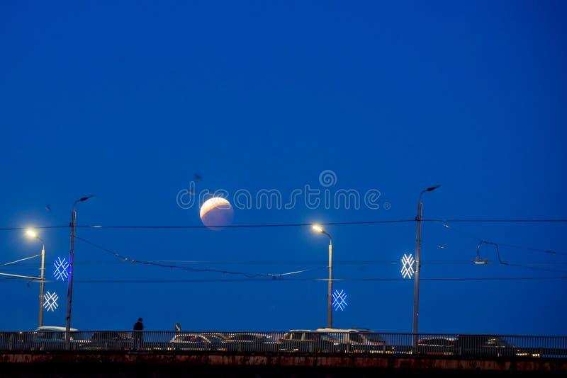 Gedeeltelijke verduistering van maan na volledige verduistering van maan stock fotografie