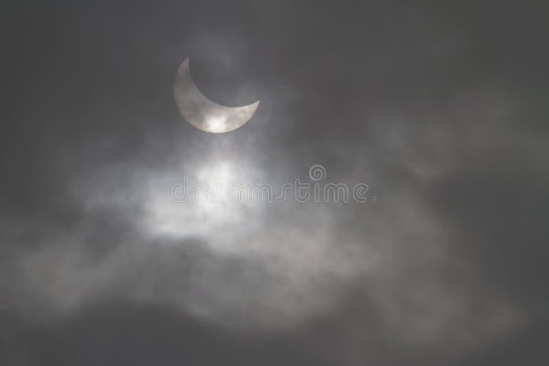 Gedeeltelijke zonnedieverduistering door de wolken wordt gezien royalty-vrije stock fotografie