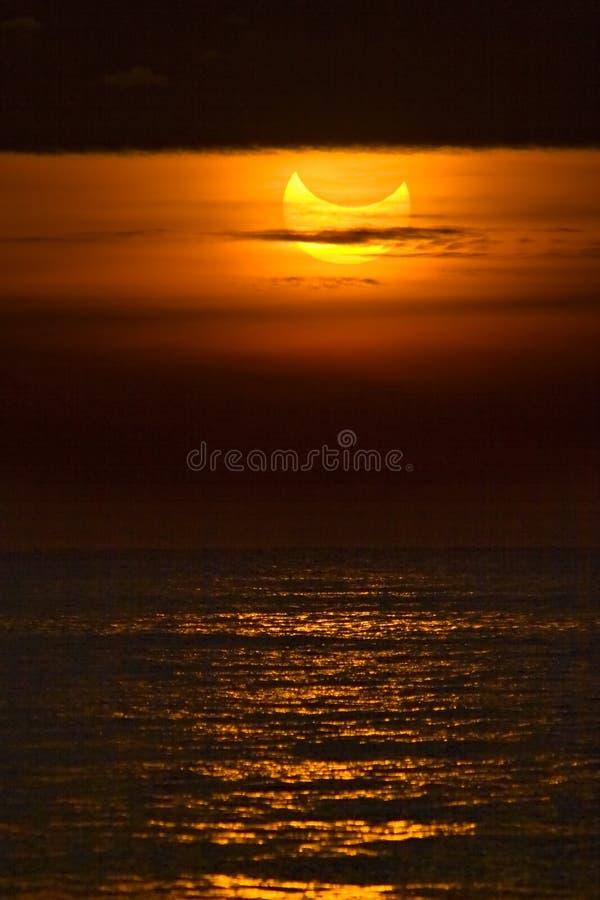 Gedeeltelijke zonneverduistering stock foto