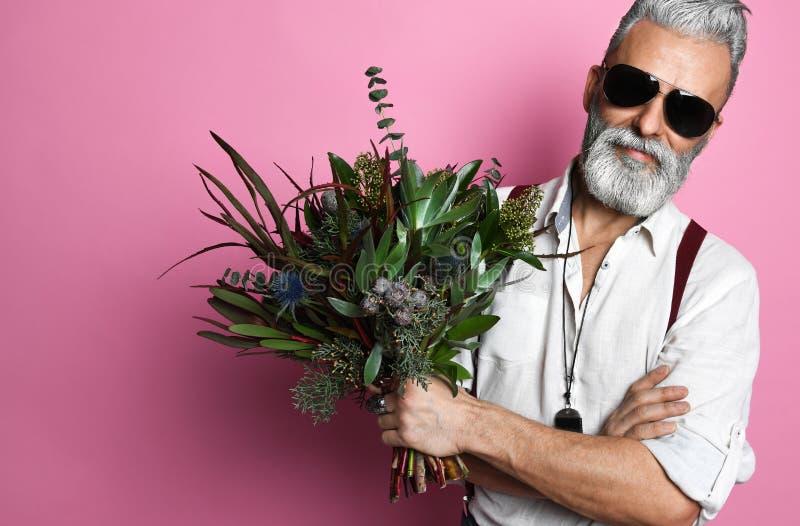 Gedekte man van middelbare leeftijd met bloemen royalty-vrije stock afbeeldingen
