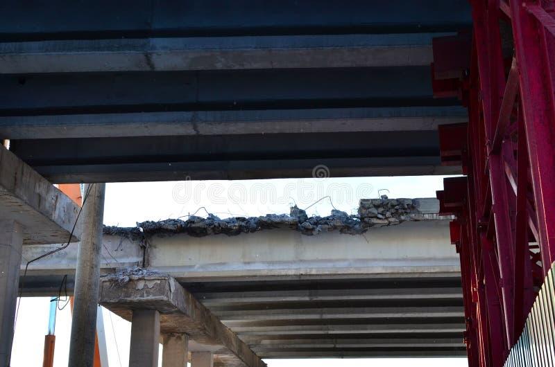 Gedemonteerd, ingestort, noodsituatiebrug van de weg Gevarenzone bij de bouwwerf Het ontmantelen van stock foto's