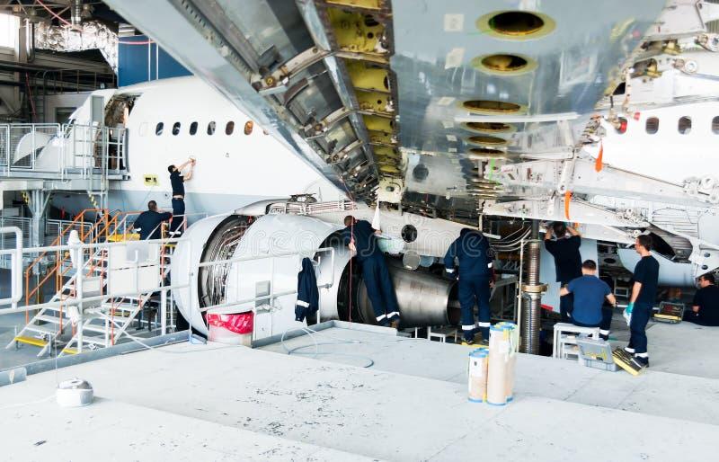 Gedemonteerd vliegtuig voor reparatie en modernisering in straalhangaar royalty-vrije stock afbeelding