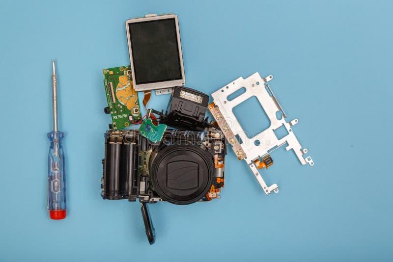 Gedemonteerde camera en hulpmiddelen royalty-vrije stock fotografie