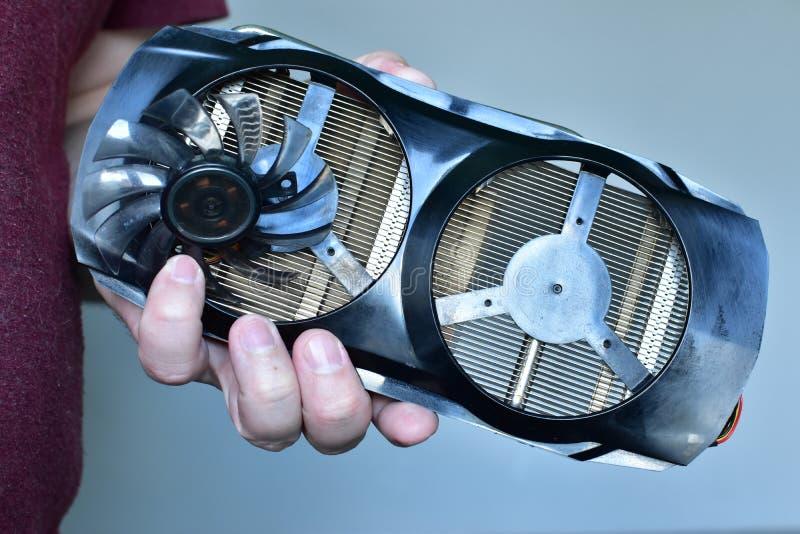 Gedemonteerde gebroken videokaart van een personal computer en een de mensenholding van het schroevedraaierclose-up stock foto's