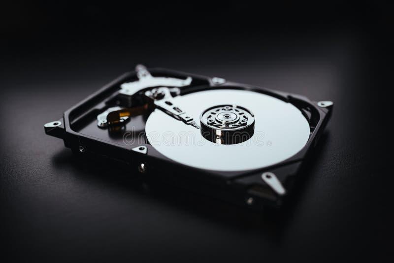 Gedemonteerde harde aandrijving van de computer (hdd) met spiegelgevolgen Een deel van computer (PC, laptop) stock foto's