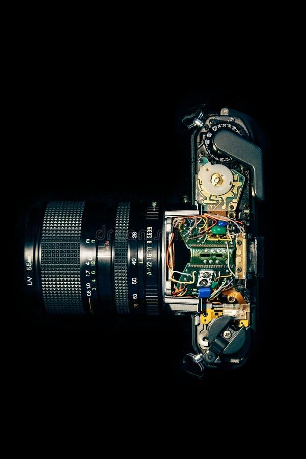 Gedemonteerde uitstekende SLR-camera die elektronika tonen stock afbeelding