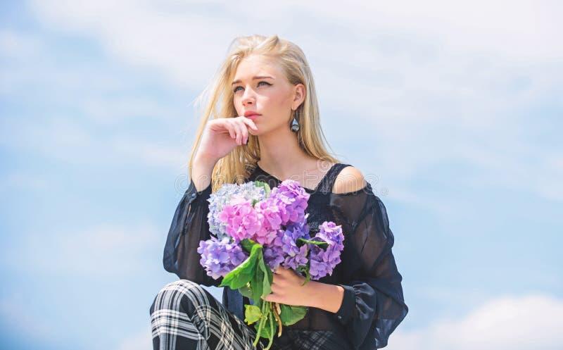 gedenklente Het meisjesmodesmodel draagt hydrangebloemen Voorjaarsvette bouquet Gardening en botanische begrippen royalty-vrije stock fotografie
