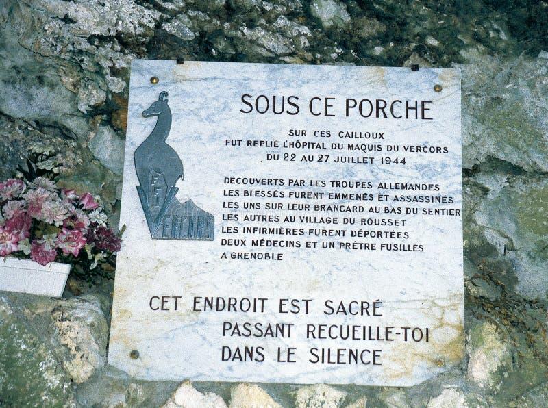 Gedenkplakette am Eingang der Höhle Luire im Vercors lizenzfreie stockbilder