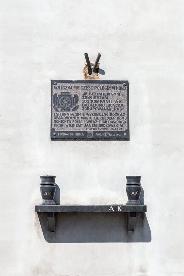 Gedenkplakette zu den gefallenen Soldaten der Firma 103 polnischer Heimatarmee an Slasko-Dabrowskibrücke stockfotos