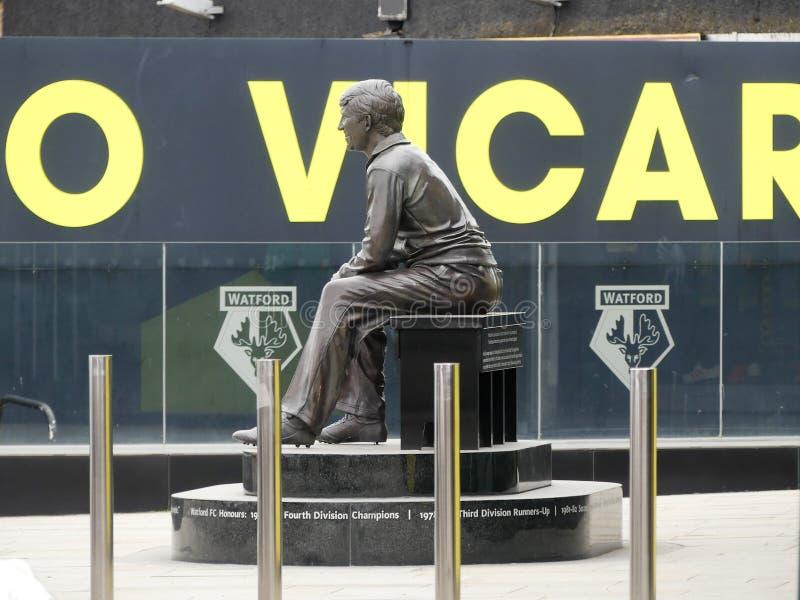Gedenkstatue von Graham Taylor OBE, ehemaliger Manager des Watford-Fußball-Clubs, Pfarrhaus-Straßen-Stadion, Watford lizenzfreie stockbilder