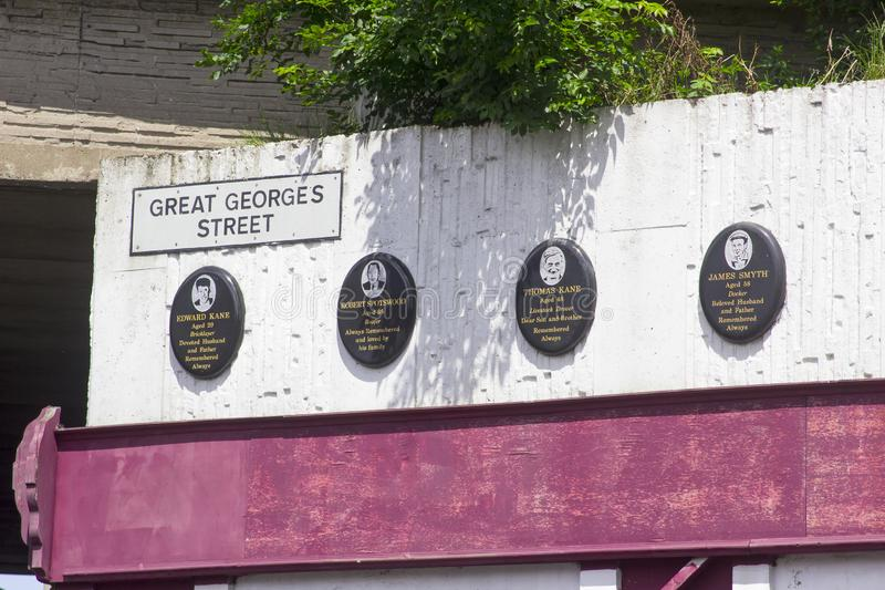 Gedenktafeln an der Szene der des McGurks Stangen-Grausamkeit in Belfast stockbild