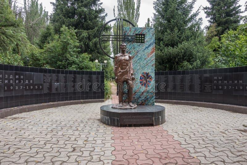 Gedenkteken aan de slachtoffers van Stalin ` s die tussen 1937 en 1953, Victory Park, Karakol, Kyrgyzstan stierven stock fotografie