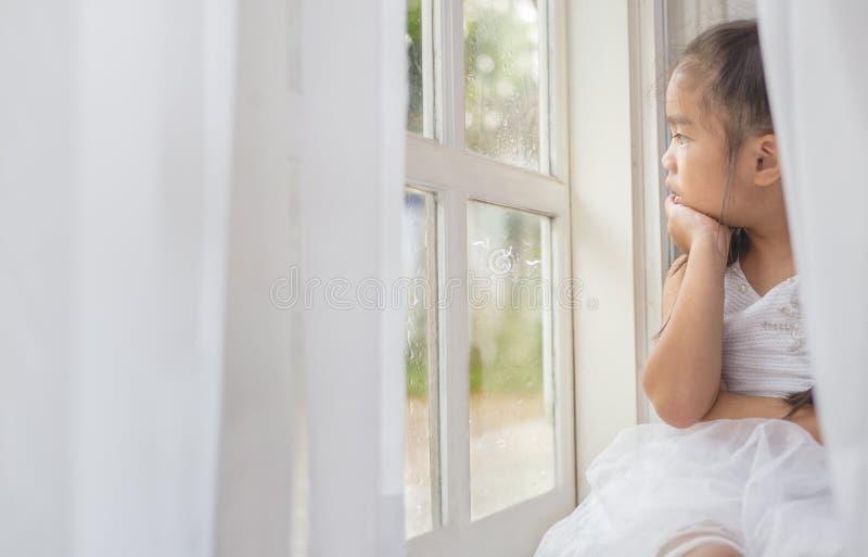 Gedeprimeerd Meisje dichtbij venster thuis royalty-vrije stock afbeeldingen