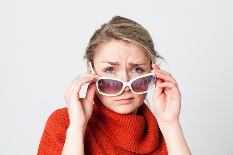 Gedeprimeerd meisje die over grote witte zonnebril kijken stock afbeeldingen
