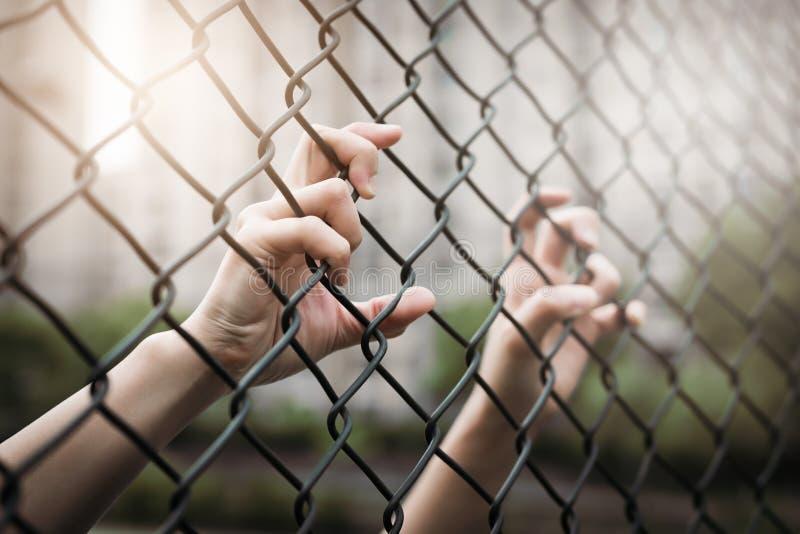 Gedeprimeerd, probleem en oplossing De vrouwen overhandigen op ketting-verbinding omheining stock foto's