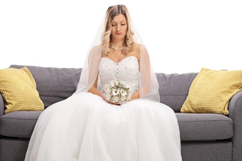 Gedeprimeerde bruid gezet op een bank stock afbeelding