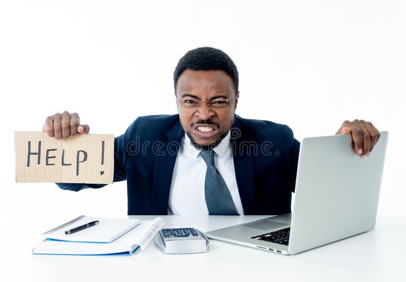 Gedeprimeerde droevige en gefrustreerde jonge zakenman die een hulpteken in spanning houden op het werk stock afbeelding