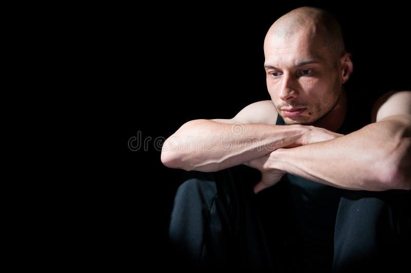 Gedeprimeerde eenzame mens met leegte in zijn ogen stock afbeeldingen