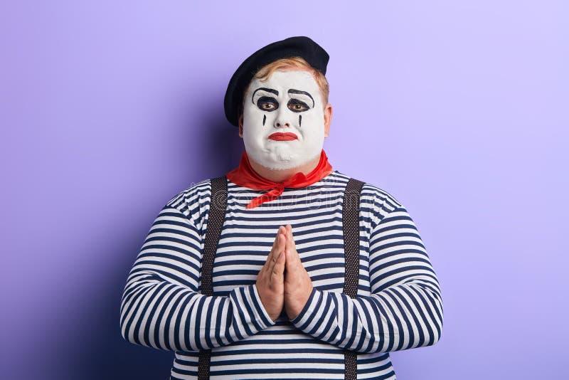 Gedeprimeerde eenzame mollige mens die hem bedelen te helpen royalty-vrije stock foto