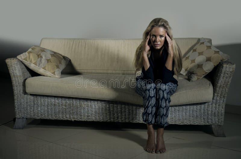 Gedeprimeerde en bezorgde mooie depressie en bezorgdheids gefrustreerd crisis aan gevoel lijden en blondevrouw die eenzaam bij ho stock foto's