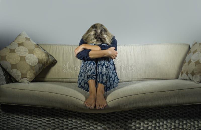 Gedeprimeerde en bezorgde mooie depressie en bezorgdheids gefrustreerd crisis aan gevoel lijden en blondevrouw die eenzaam bij ho royalty-vrije stock afbeelding