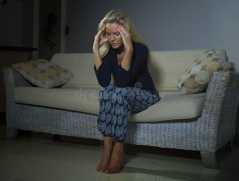 Gedeprimeerde en bezorgde mooie depressie en bezorgdheids gefrustreerd crisis aan gevoel lijden en blondevrouw die eenzaam bij ho royalty-vrije stock fotografie